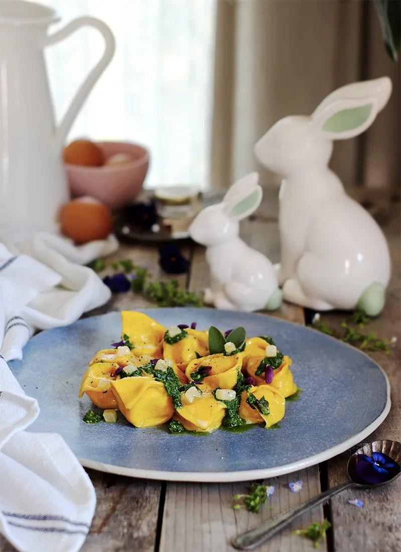 Tortelli allo zafferano con taleggio, pere e cavolo nero ricetta per Pasqua