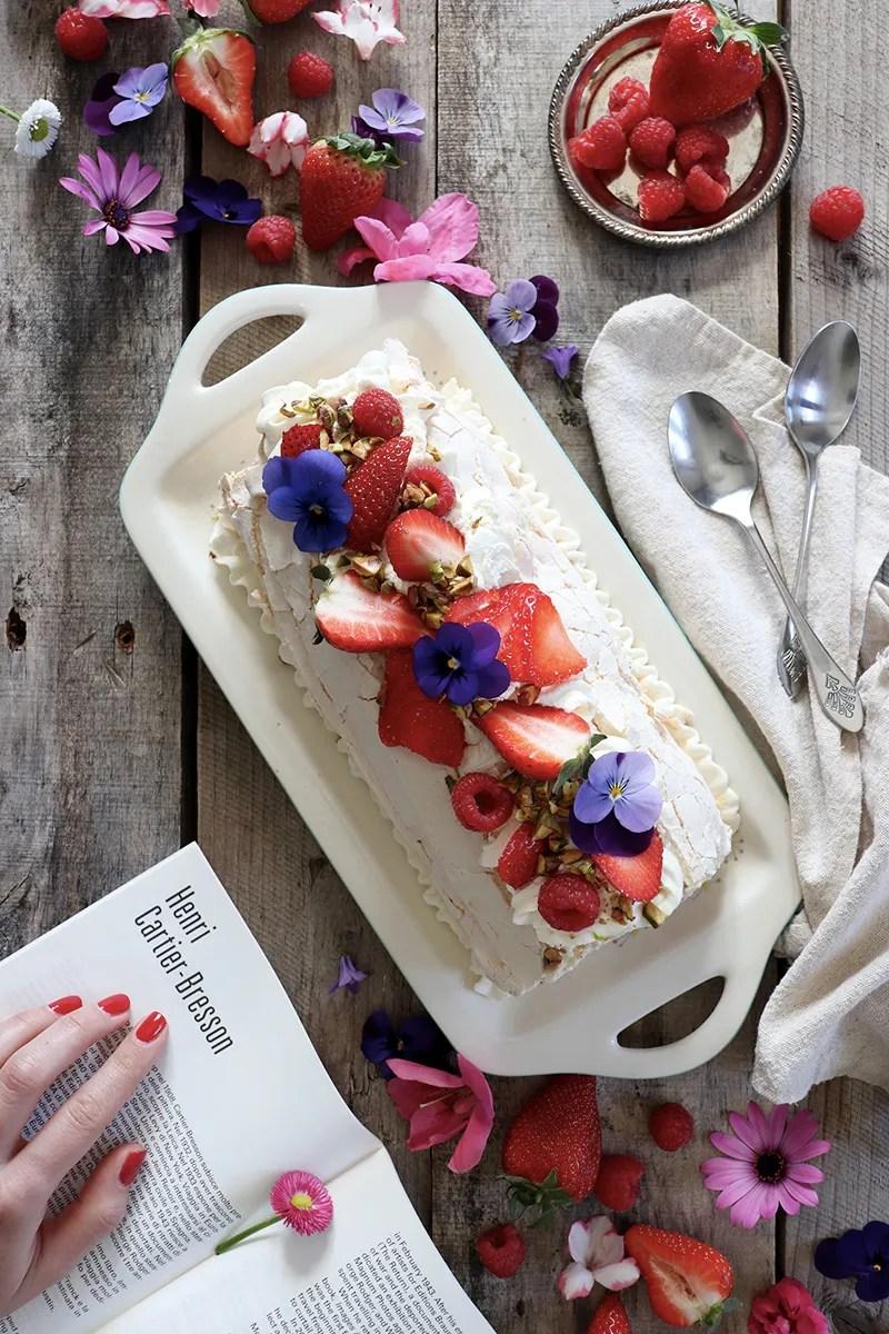 Roll di meringa con panna, fragole e pistacchi - la ricetta senza glutine