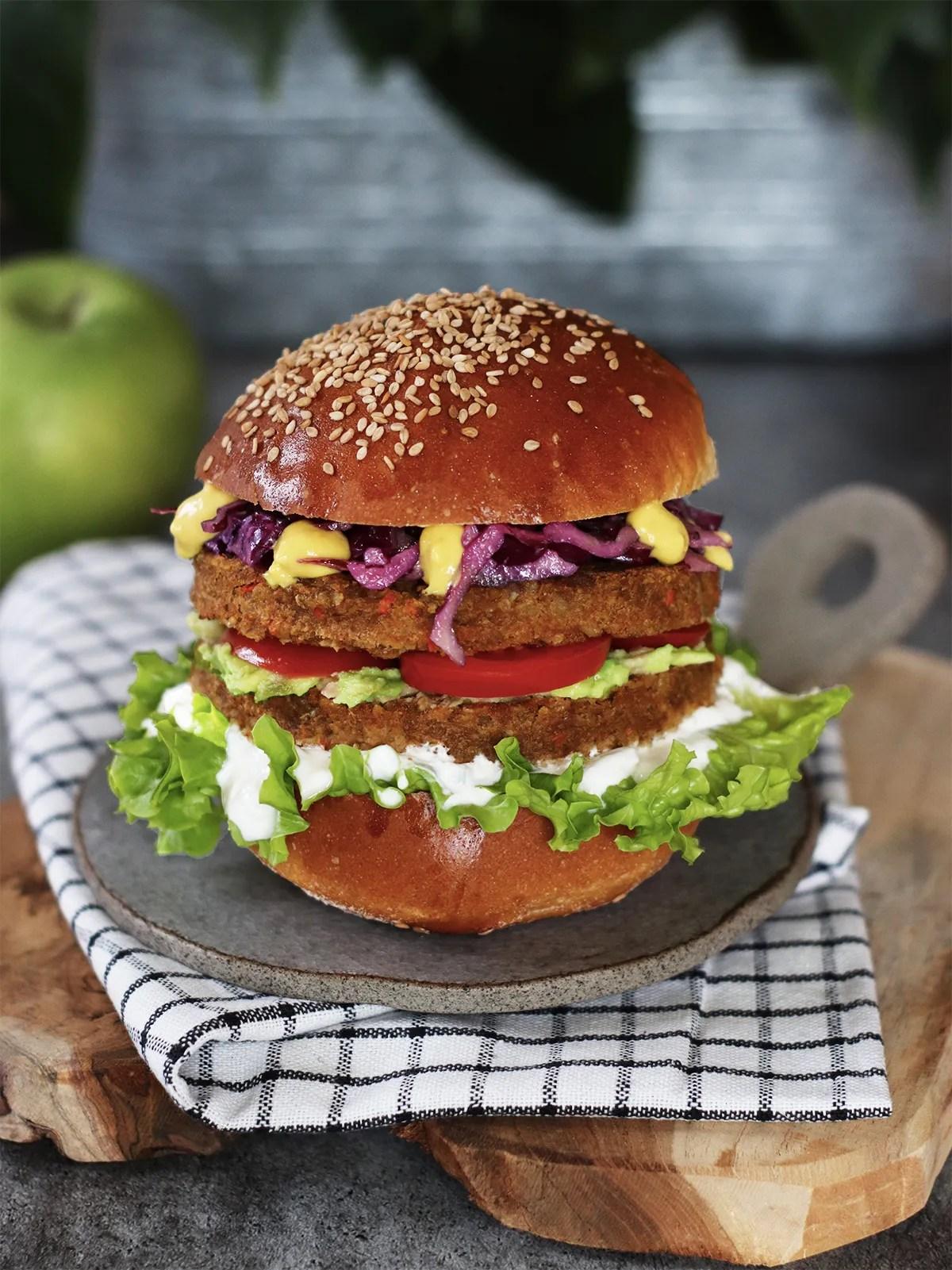 Vegan burger alle lenticchie con insalata coleslaw e salsa tzatziki