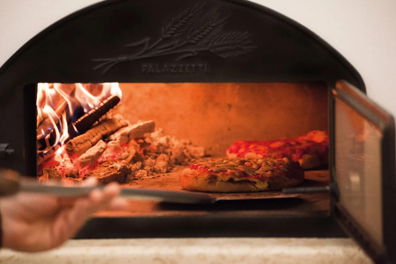 cottura-pizza-forno-a-legna-con-barbecue-palazzetti