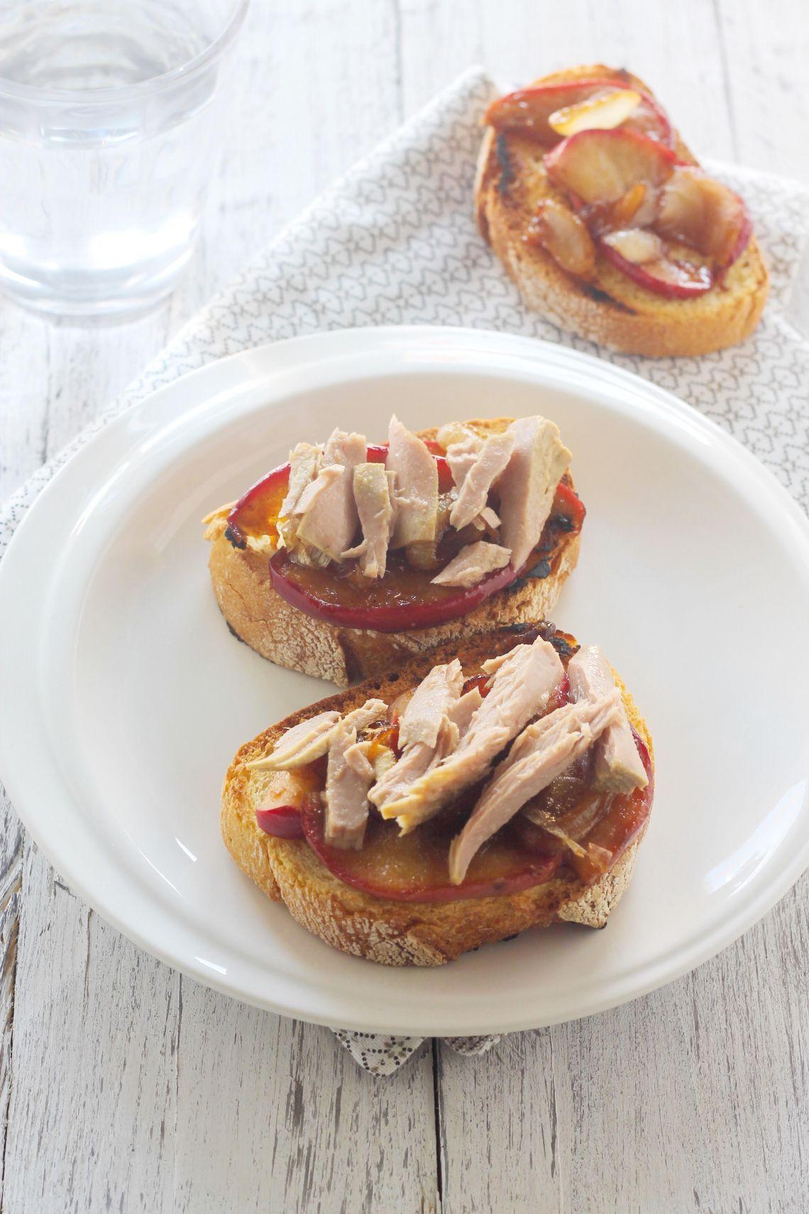 Crostoni di pane con mele, cipolle e tonno