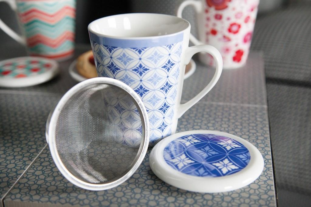 Tazza con infusiera Roxane di Tognana, con decori geometrici bianchi, azzurri e blu