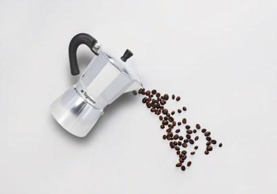 caffettiera tognana che versa chicchi di caffè - moka