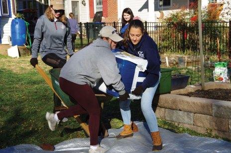 Students prepare garden soil in a Fredericksburg resident's yard during COAR's 2019 Good Neighbor Day. (Noah Strobel '20)