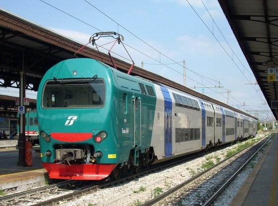 La foto mostra un treno in prossimità di una stazione ferroviaria