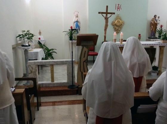 La foto raffigura suore non vedenti in preghiera