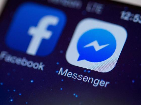 La foto ritrae l'icona di Facebook Messenger sul display di uno smartphone