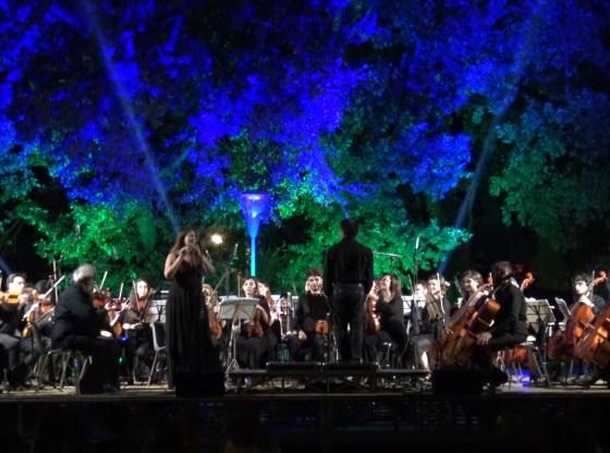 La foto mostra la vEyes Orchestra in concerto a Milo