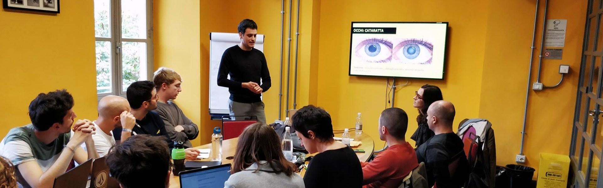 L'immagine mostra l'incontro di NoysyVision e vEyes con gli studenti della Scuola Holden per illustrare i sintomi e le caratteristiche della Sindrome di Usher