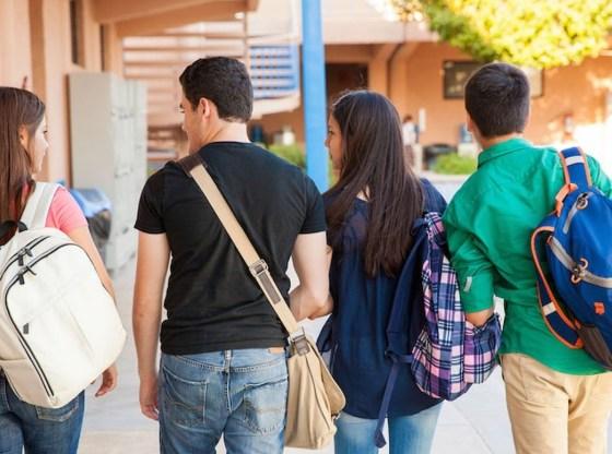 La foto mostra un gruppo di adolescenti