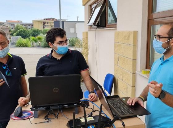 La foto mostra il Prof. Schembra, Christian Grasso e Giuseppe Brischetto durante la sperimentazione del progetto VISION