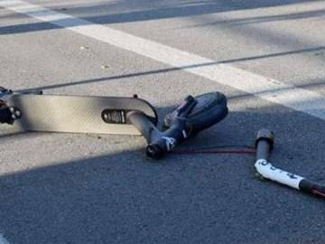 L'immagine mostra un monopattino a terra dopo un incidente