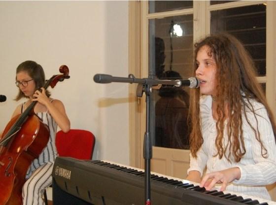 La foto mostra le Shù in concerto