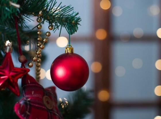 La foto mostra un particolare di un albero di Natale addobbato