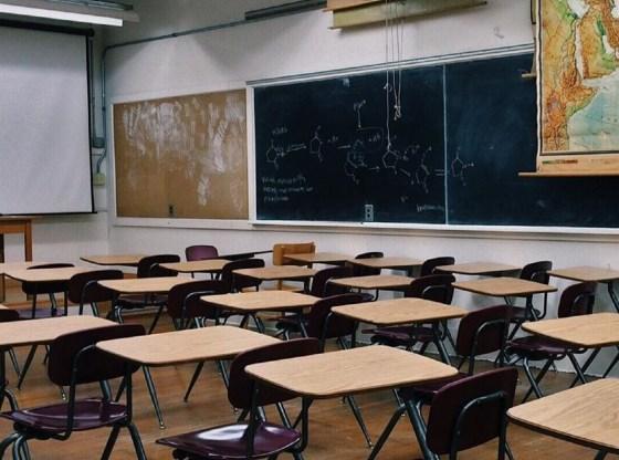La foto mostra una classe vuota