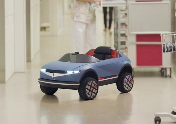 La foto mostra la nuova auto elettrica Hyundai per bambini