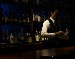 合コンのあと気になる女性とバーに行ったら、バーテンダーと静かにお喋りすべき!?