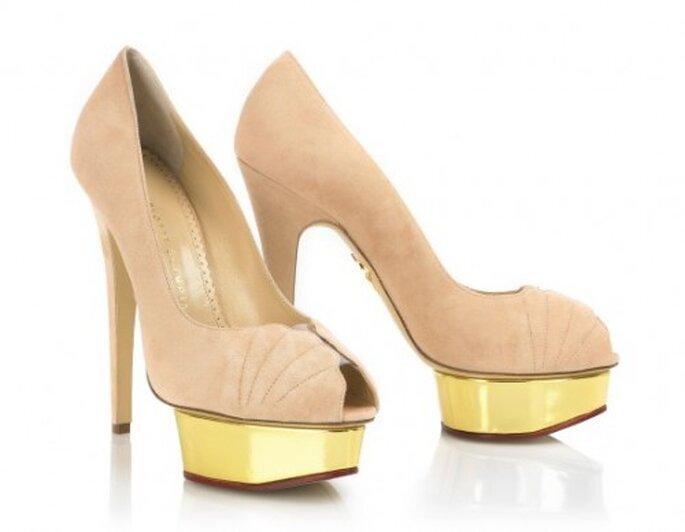 Zapatos para novia estilo peeptoe en color nude - Foto Charlotte Olympia