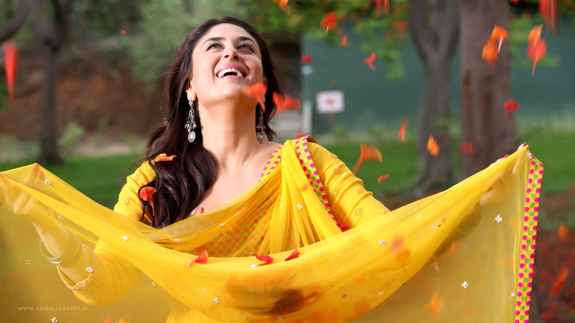 Trisha Hd Cute Wallpapers Kareena Kapoor Wallpapers