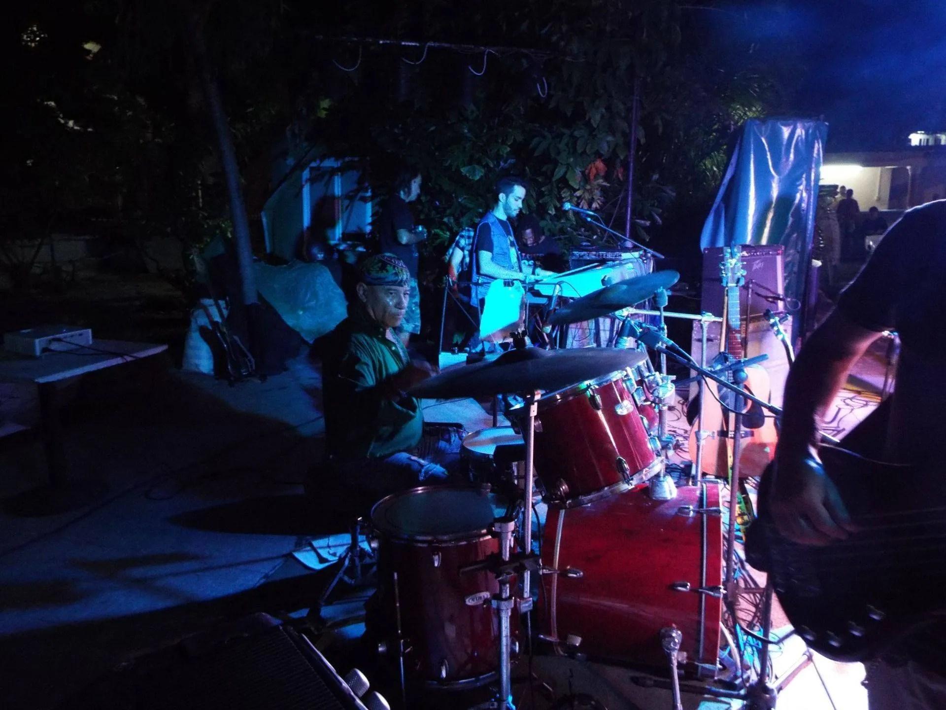 """Daniel González, baterista de Eddie Escobar: """"Los grupos que más influyeron en mi cuando joven fueron Los Brincos, Los Bravos, Led Zeppelin, The Beatles. En un principio era un poco incómodo tocaren una batería de verdad porque era muy bajito y tenía que subirme arriba de un cajón""""."""