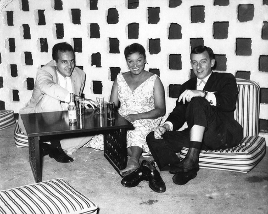 De izquierda a derecha: Mario Luzardo, Elena Burke y Frank Domínguez, en el club Scheerazada. Foto: Humo Graphik.