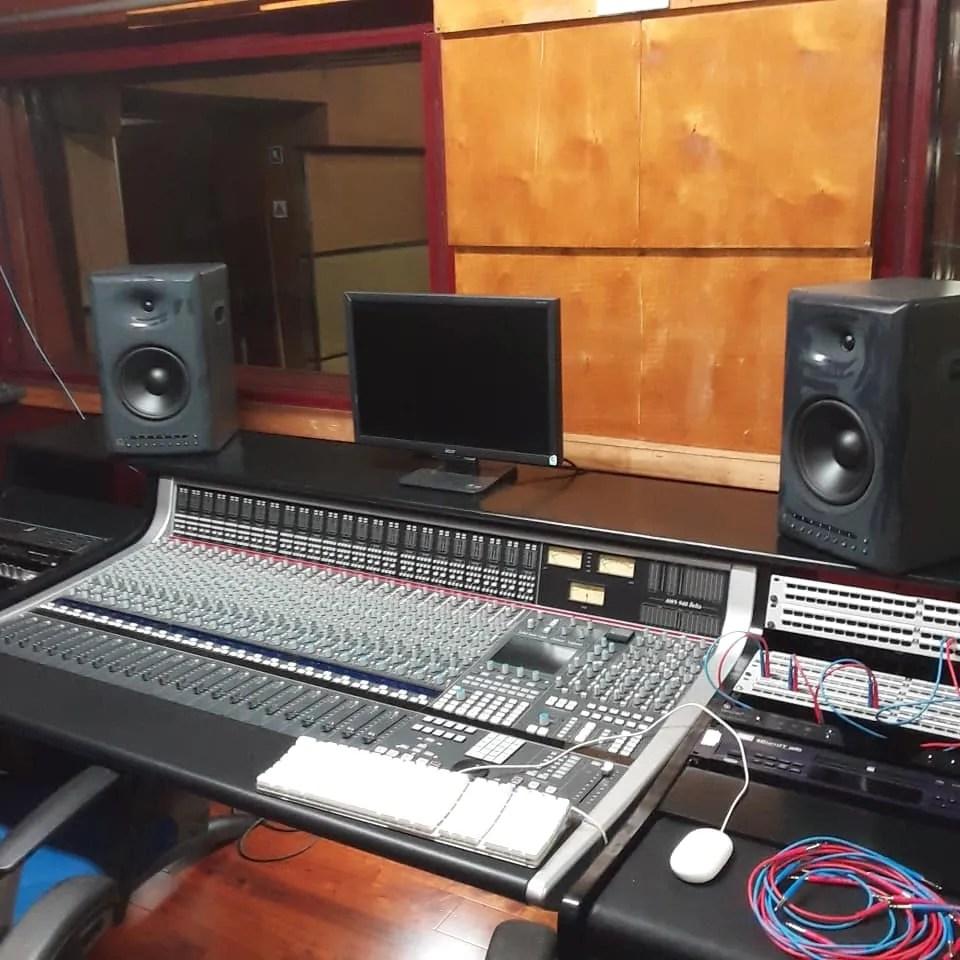 Estudio 102 en Areito. Picture: Tomada del perfil de Facebook de Raúl Arroyo.