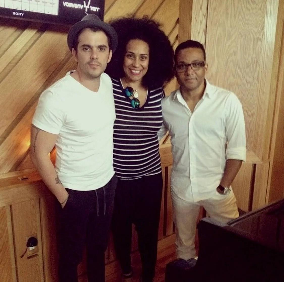 Pututi junto a Aymée Nuviola y Gonzalo Rubalcaba. Foto: Cortesía del entrevistado.