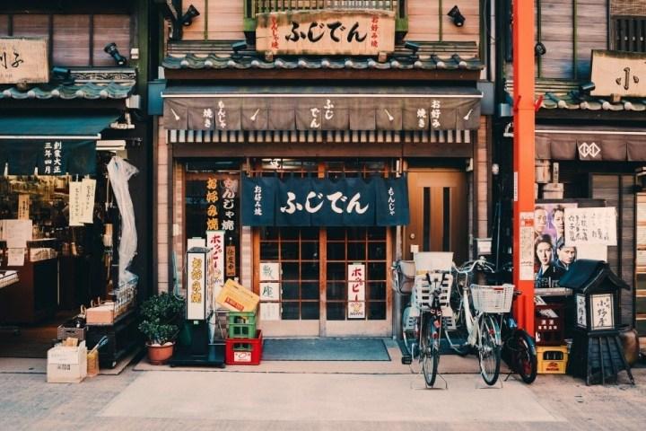 Facciata tradizionale di un ristorante tipico giapponese.