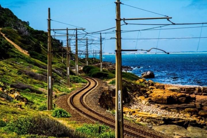 Vista sui binari e la costa di Simon's Town, Sudafrica.