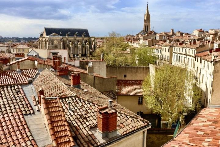 Vista dall'alto sui tetti di Montpellier, Francia.