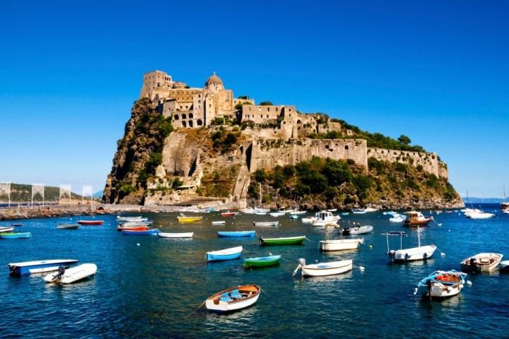 Vista sul Castello Aragonese di Ischia, Campania.