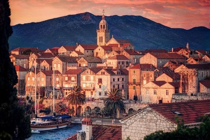 Scorcio del centro storico di Korčula città al tramonto