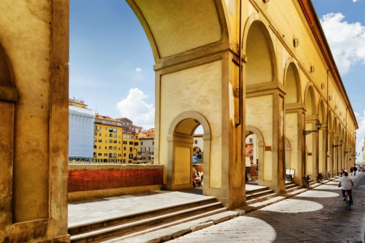 Corridoio Vasariano sopra il Ponte Vecchio con vista sull'Arno a Firenze