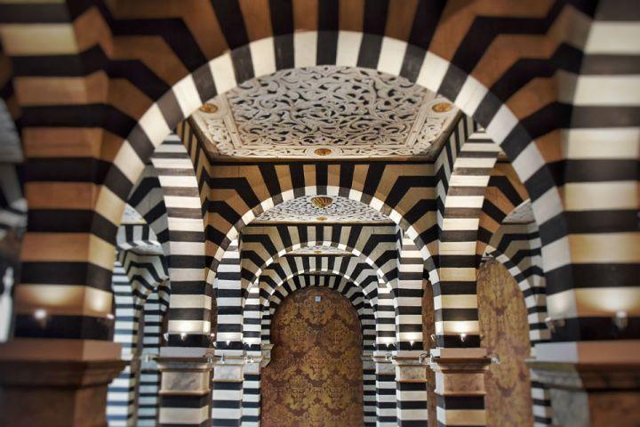 Arcate in stile moresco all'interno di una delle sale di Rocchetta Mattei