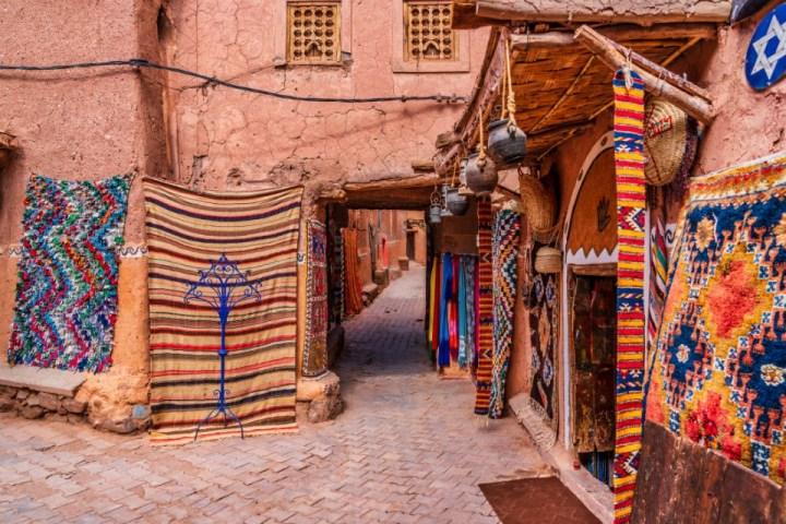 Tappeti intrecciati a mano tra le vie nella Medina