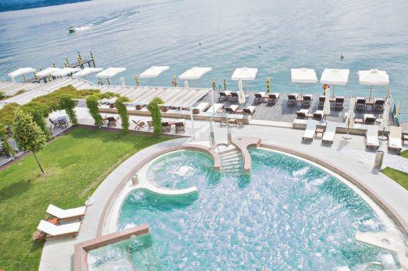 Vista sulla piscina all'aperto del Grand Hotel Terme, parte del complesso delle Terme di Sirmione.