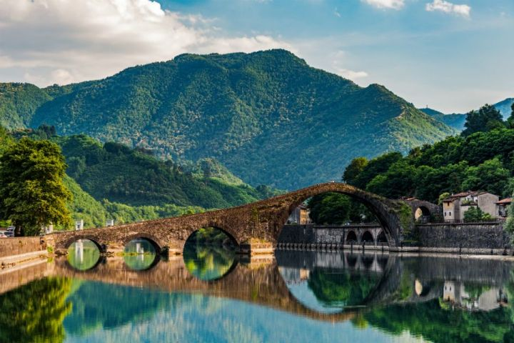Il Ponte della Maddalena con le Alpi Apuane sullo sfondo