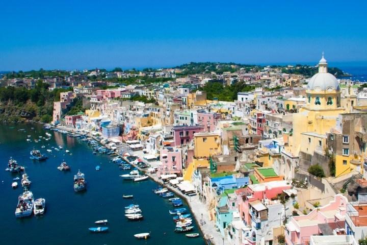 Vista dall'alto su Marina di Corricella, Procida, Italia.