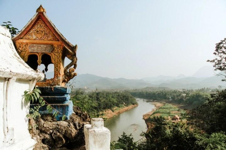 Scorcio di tempio con paesaggio naturale sullo sfondo