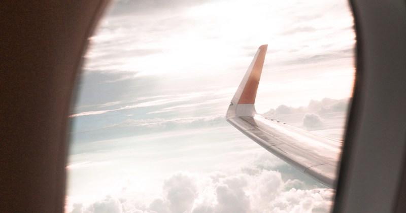 Vue d'une aile d'avion de l'intérieur
