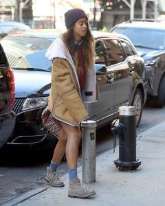 Malia Obama does not wear anything other than a shirt to work with, where are her pants Photos