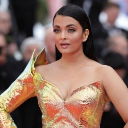 Aishwarya Rai Bachchan confuses with a metallic yellow dress in Cannes (1)