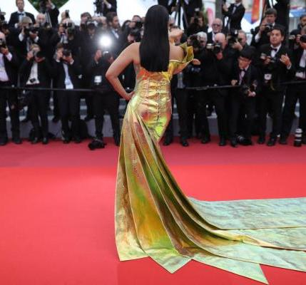 Aishwarya Rai Bachchan confuses with a metallic yellow dress in Cannes (5)