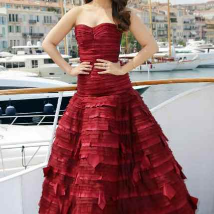 Aishwarya Rai Bachchan confuses with a metallic yellow dress in Cannes (6)
