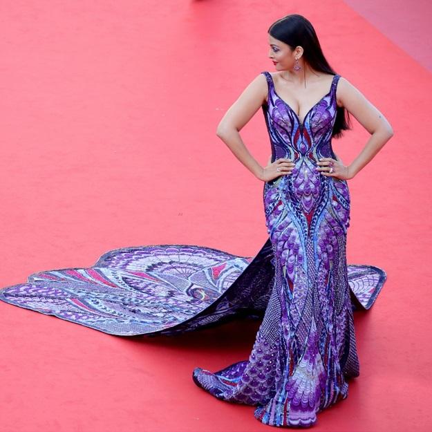 Aishwarya Rai Bachchan confuses with a metallic yellow dress in Cannes (7)