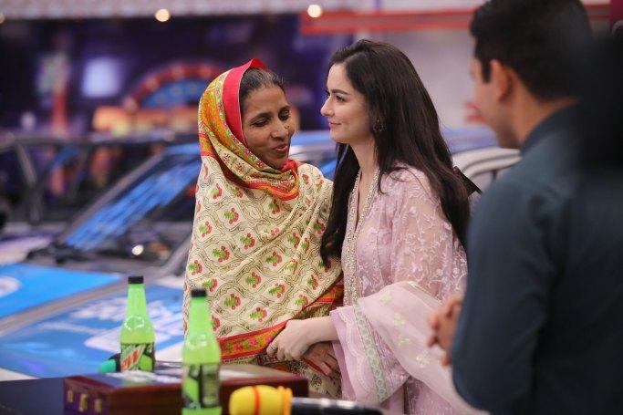 Cricketer Kamran Akmal and Actress Hania Amir in Jeeto Pakistan (10)