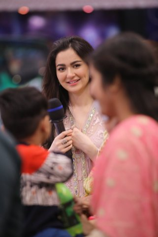 Cricketer Kamran Akmal and Actress Hania Amir in Jeeto Pakistan (8)