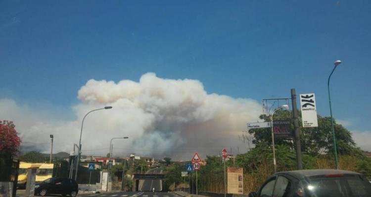 L'incendio sul Vesuvio potrebbe essere di natura dolosa e si tratterebbe di una cava piena di rifiuti. Evacuata Asl. Foto e video