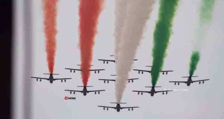 Il passaggio delle frecce tricolori sull'Arno in occasione dell'anniversario di fondazione della 46^ aerobrigata