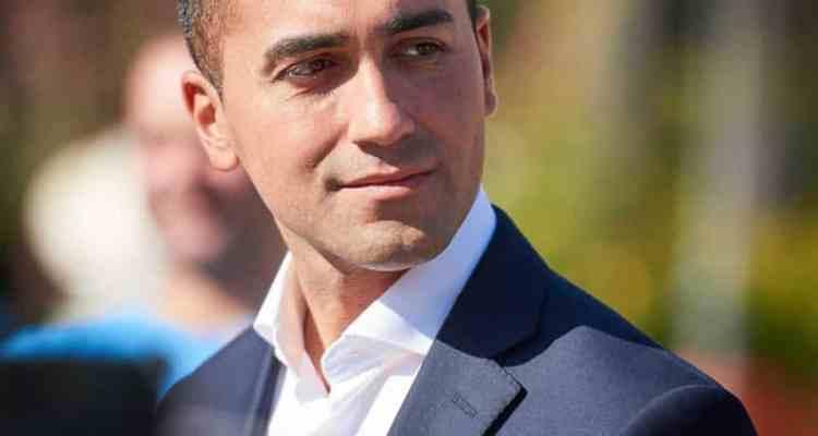 Pomigliano d'Arco (NA) – Mimmo Mignano, uno degli operai della Fiat che nel 2014 furono licenziati per aver il funerale dell'amministratore delegato Sergio Marchionne , si è incatenato davanti alla casa della famiglia del vicepremier Luigi Di Maio e si è cosparso il capo di benzina.
